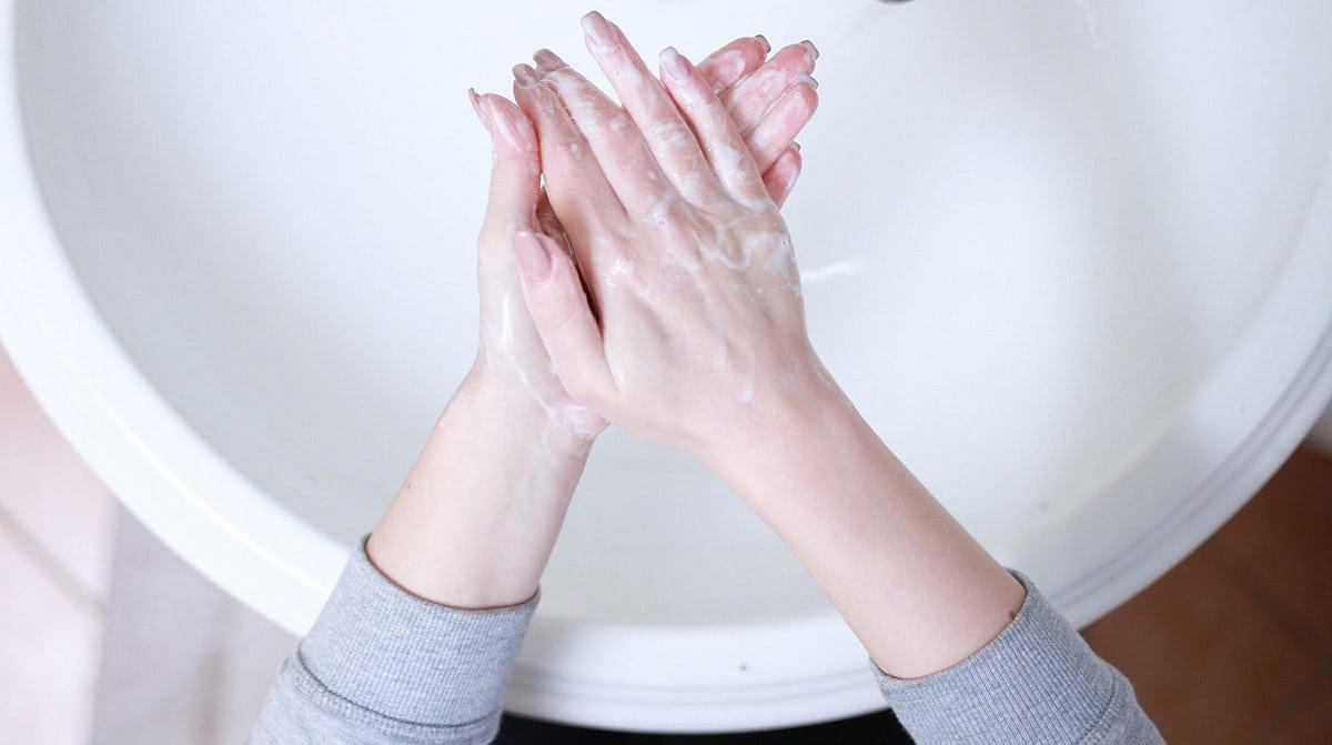 Limpiar manos para la funda del móvil