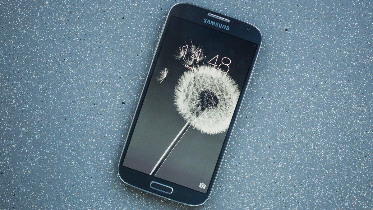 móvil Samsung sobre una mesa